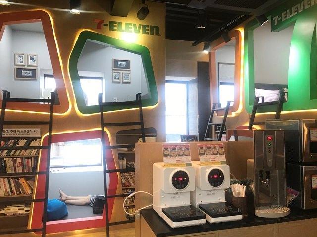 """【市廳站】韓國超商大發現!!首間內設有""""個人包廂""""的 咖啡廳/書店型7-11門市!!"""