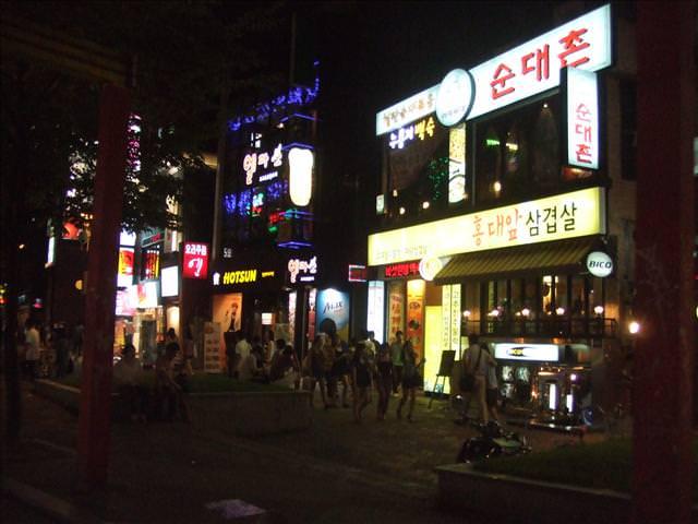 【弘大入口站】充滿咖啡香氣的流行不夜城 – 弘益大學商圈