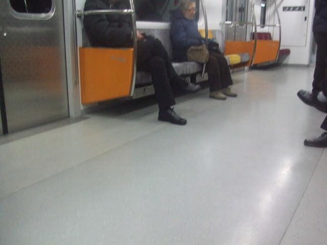 集人性.便利.科技.美食於一身的韓國地鐵(捷運)《高科技投影廣告、捷報、小吃、攤販、故障排解》全都露!