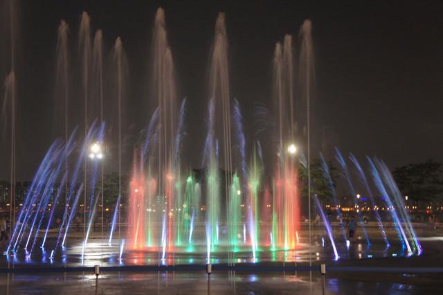 【麻浦區廳站】漢江河畔浪漫又清涼的 – 鏡面噴水거울분수(世界杯公園)