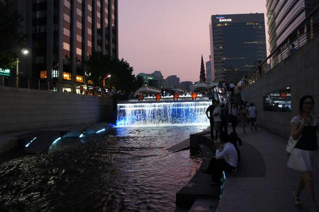 """【光化門站】與首爾市民同樂的城市河岸""""清溪川""""(+數位花園)"""