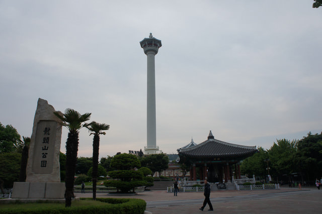 【釜山-南浦站】釜山的最高象徵- 『釜山塔』 + 搭手扶梯就可以到山頂的 『龍頭山公園』